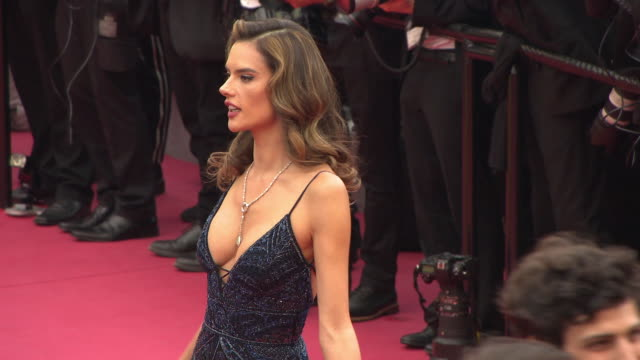 vídeos de stock, filmes e b-roll de alessandra ambrosio at 'solo a star wars story' red carpet arrivals the 71st annual cannes film festival on may 15 2018 in cannes france - alessandra ambrosio