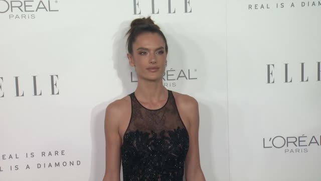 vídeos de stock, filmes e b-roll de alessandra ambrosio at the 24th annual elle women in hollywood awards on october 16 2017 in los angeles california - alessandra ambrosio