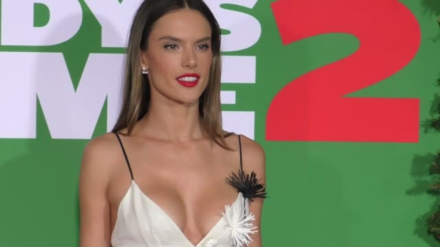 vídeos de stock, filmes e b-roll de alessandra ambrosio at the premiere of paramount pictures' 'daddy's home 2' on november 05 2017 in westwood california - alessandra ambrosio