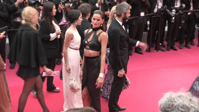 vídeos de stock, filmes e b-roll de alessandra ambrosio izabel goulart lais ribeiro shanina shaik and more on the red carpet for the premiere of solo a star wars story at the cannes... - alessandra ambrosio