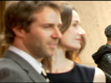 alessandro nivola and emily mortimer at the 'paris je t'aime' premiere at paris theater in new york, new york on may 1, 2007. - alessandro nivola stock videos & royalty-free footage
