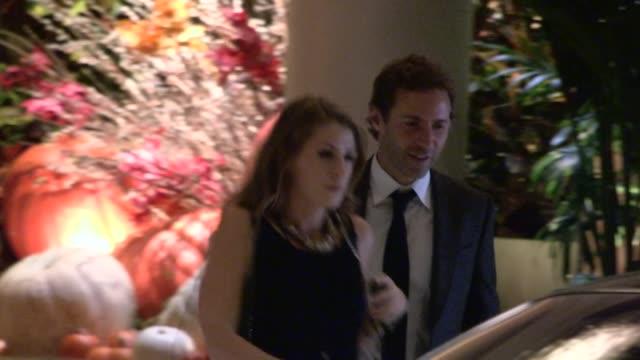stockvideo's en b-roll-footage met alessandro nivola departs the 19th annual elle women at four seasons hotel in hollywood, 10/15/12 - alessandro nivola