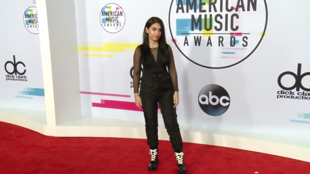 alessia cara at 2017 american music awards on november 19 2017 in los angeles california - american music awards video stock e b–roll
