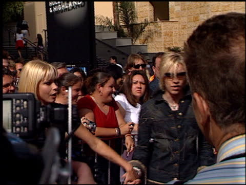 alex band at the american idol finale at the kodak theatre in hollywood, california on september 4, 2002. - リアリティー番組点の映像素材/bロール