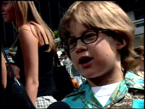 stockvideo's en b-roll-footage met alex d linz at the 'tarzan' premiere at the el capitan theatre in hollywood california on june 12 1999 - 1999