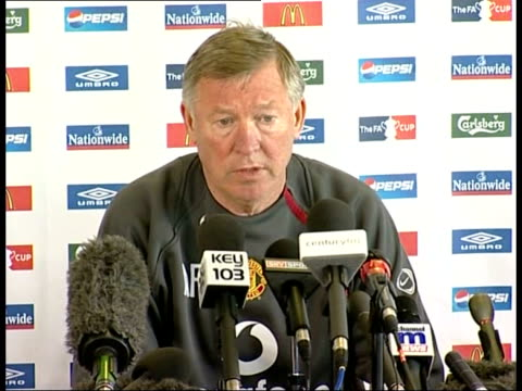 alex ferguson refuses to comment on glazer takeover of manchester united; england: manchester: int sir alex ferguson press conference sot - of course... - in front of点の映像素材/bロール