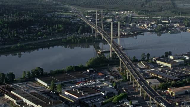 vídeos y material grabado en eventos de stock de antena alex fraser puente cruza el río de fraser delta, canadá - veinte segundos o más