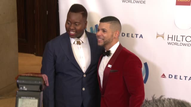 vídeos y material grabado en eventos de stock de alex newell and wilson cruz at the 25th annual glaad media awards at the beverly hilton hotel on april 12 2014 in beverly hills california - the beverly hilton hotel