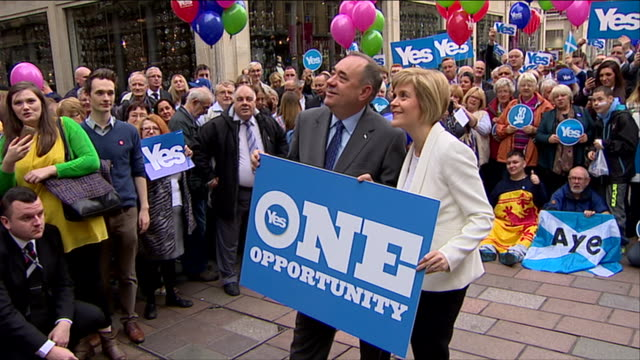 Alex Salmond and Nicola Sturgeon pose for photographers the week ahead of the independence referendum