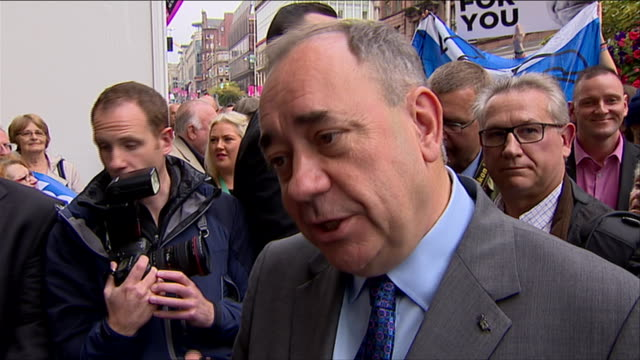 vídeos de stock e filmes b-roll de alex salmond commenting on the independence referendum while campaigning the week before the vote - escócia