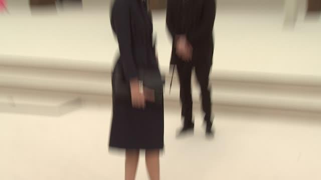 vídeos de stock, filmes e b-roll de alexa chung at burberry prorsum red carpet arrivals london fashion week autumn/winter 2012 at kensington gardens on february 20 2012 in london england - semana da moda de londres