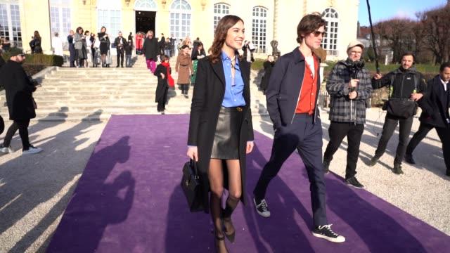 vídeos y material grabado en eventos de stock de alexa chung at paris fashion week - haute couture spring/summer 2020 : dior on january 20, 2020 in paris, france. - colección de la moda