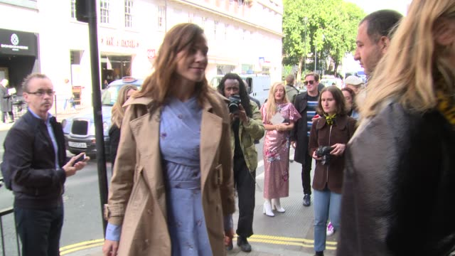 vidéos et rushes de alexa chung on september 18 2017 in london england - semaine de la mode de londres