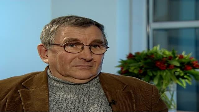vídeos de stock, filmes e b-roll de alexander litvinenko poisoning: further radiation traces found: widow speaks out; tx 7.12.2006 int walter litvinenko interview sot - he was very... - widow