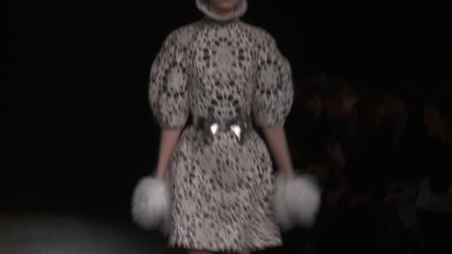 stockvideo's en b-roll-footage met alexander mcqueen paris fashion week a/w 2012 on march 06 2012 in paris france - herfst winter collectie