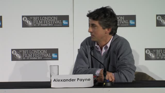 vídeos de stock, filmes e b-roll de alexander payne and george clooney creating powerful scenes at the the descendants press conference at london england - alexander payne