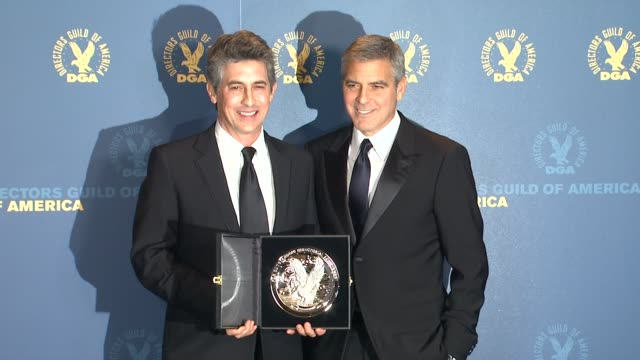 vídeos de stock, filmes e b-roll de alexander payne george clooney at 64th annual dga awards press room on 1/28/12 in los angeles ca - alexander payne