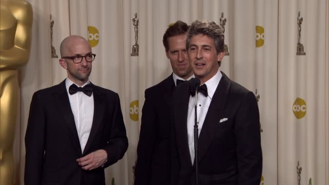 vídeos de stock, filmes e b-roll de alexander payne nat faxon and jim rash on the movie at 84th annual academy awards press room on 2/26/12 in hollywood ca - alexander payne