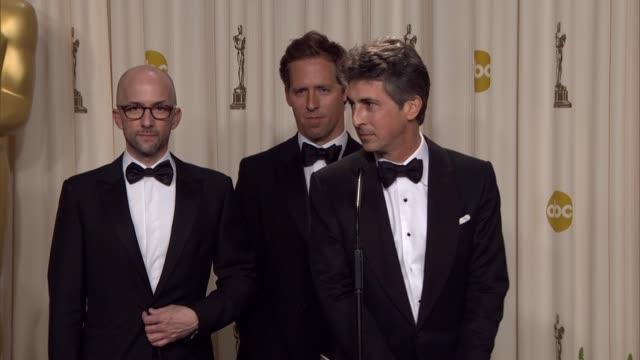 vídeos de stock, filmes e b-roll de alexander payne nat faxon and jim rash on winning at 84th annual academy awards press room on 2/26/12 in hollywood ca - alexander payne