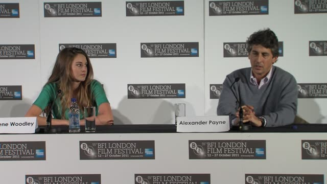vídeos de stock, filmes e b-roll de alexander payne on the weather changing when filming wanting to show the real hawaii and honolulu at the the descendants press conference at london... - alexander payne
