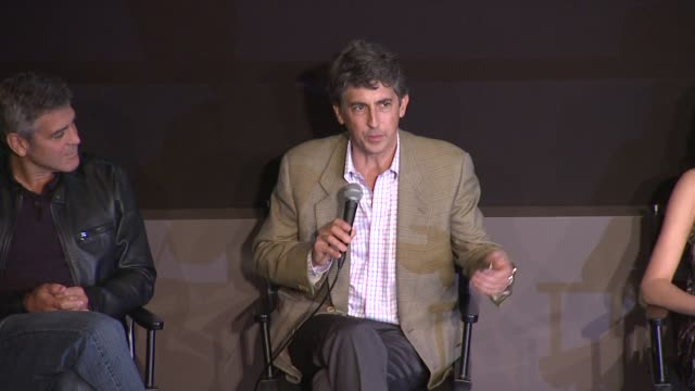 vídeos de stock, filmes e b-roll de alexander payne talks about the two anchors in the story that drew him to make it at the 'the descendants' 49th annual new york film festival press... - alexander payne