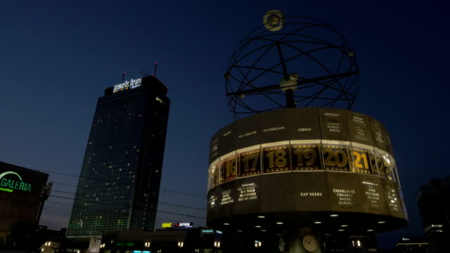 alexanderplatz, wprld clock,berlin,ws, - establishing shot stock-videos und b-roll-filmmaterial