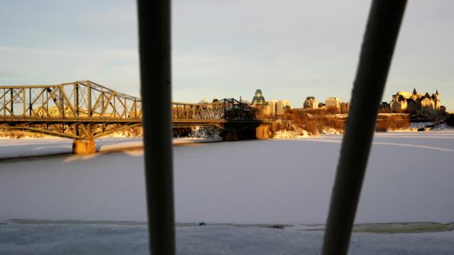 vídeos y material grabado en eventos de stock de el puente alexandra y el río ottawa - río ottawa