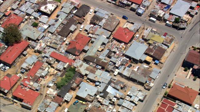 vídeos de stock, filmes e b-roll de alexandra township - vista aérea - gauteng, município metropolitano da cidade de joanesburgo, joanesburgo, áfrica do sul - república da áfrica do sul