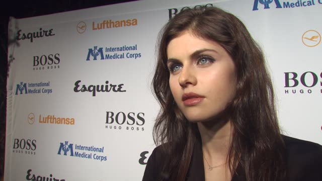 alexandria daddario on coming out tonight, on what she's looking forward to seeing in the esquire house, on what she expects an ultimate bachelor pad... - 独身男性点の映像素材/bロール