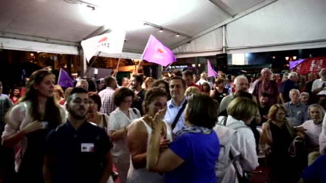 vidéos et rushes de alexis tsipras speaks to crowd in athens greece on september 20 2015 with nearly twothirds of votes counted alexis tsipras' syriza party seems highly... - 2015