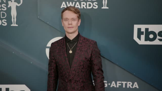 alfie allen at the 26th annual screen actors guild awards arrivals at the shrine auditorium on january 19 2020 in los angeles california - 映画俳優組合点の映像素材/bロール