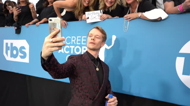 alfie allen at the 26th annual screen actors guild awards red carpet roaming at the shrine auditorium on january 19 2020 in los angeles california - 映画俳優組合点の映像素材/bロール