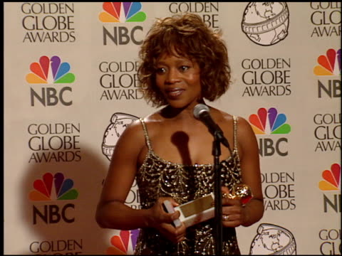 alfre woodard at the 1998 golden globe awards at the beverly hilton in beverly hills, california on january 18, 1998. - アルフレ・ウッダード点の映像素材/bロール
