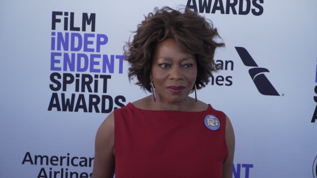 alfre woodard at the 2020 film independent spirit awards on february 08, 2020 in santa monica, california. - アルフレ・ウッダード点の映像素材/bロール