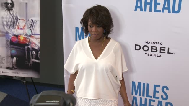 """alfre woodard at the """"miles ahead"""" los angeles premiere at writers guild of america, west on march 29, 2016 in los angeles, california. - アルフレ・ウッダード点の映像素材/bロール"""