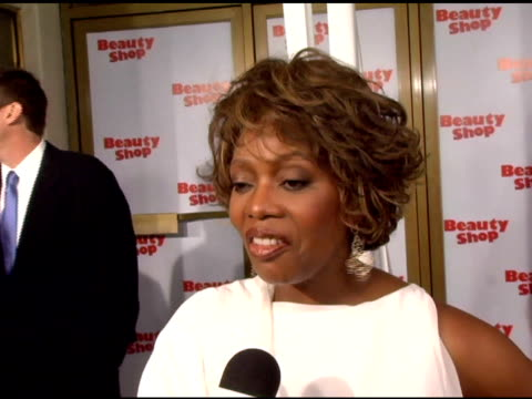 vídeos de stock, filmes e b-roll de alfre woodard on her character miss josephine in the film working with an all star cast of women in the film queen latifah including offcamera golf... - golf cart