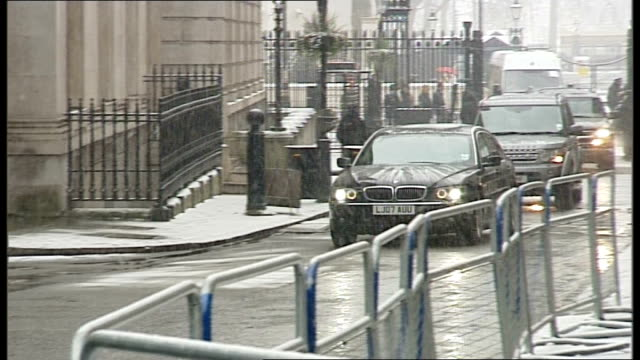 some hostages freed downing street defence secretary leon panetta from car in snow and towards number 10 entrance - アルジェリア人質事件点の映像素材/bロール