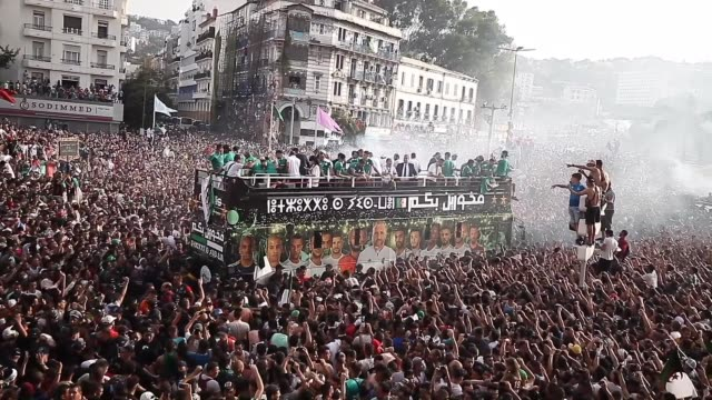 vidéos et rushes de algerian national soccer team players take part in an open-top bus parade in the streets of algiers , following their victory in the 2019 africa cup... - algerie