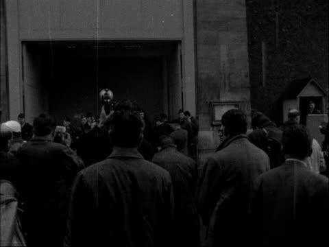 stockvideo's en b-roll-footage met failed revolt rebel leader taken to prison in paris france paris sante prison ms crowd outside prison car with general challe with escort past car... - gevangenisbewaker