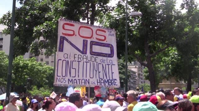 algunos analistas piensan que si la oposición venezolana participa en la asamblea constituyente convocada por el presidente nicolás maduro para... - acanthaceae stock videos & royalty-free footage