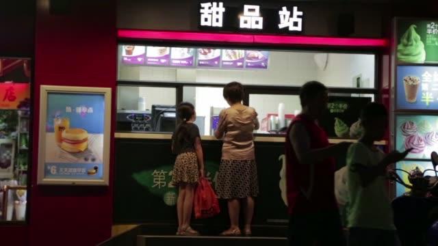 stockvideo's en b-roll-footage met algunos mcdonalds de china dejaron de vender hamburguesas y proponen unicamente sandwich de pescado tras el escandalo de carne en mal estado que... - hamburger