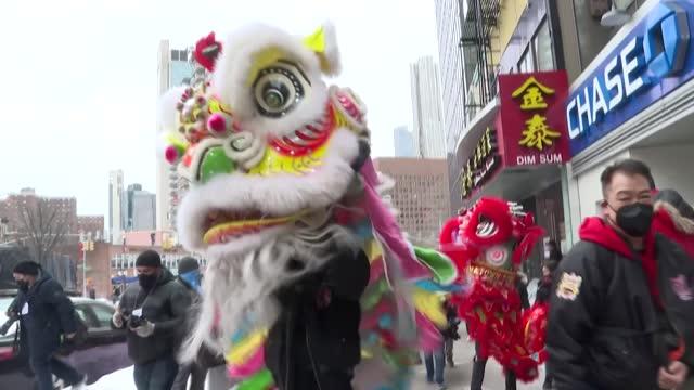 algunos petardos, la danza del dragón y un único tambor: así despidió el viernes el año el barrio neoyorquino de chinatown, devastado por la pandemia... - restaurante stock videos & royalty-free footage