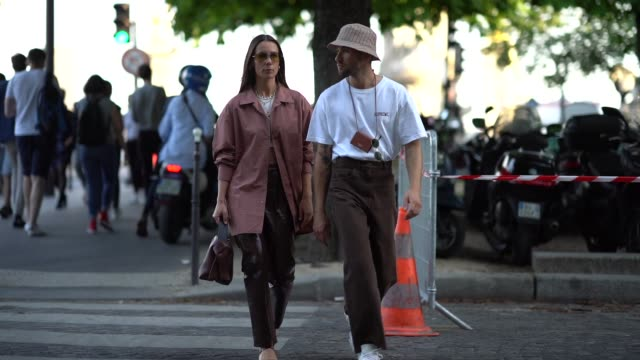 alice barbier wears sunglasses necklaces a white crop top a light brown jacket brown leather pants a brown bucket handbag brown strappy sandals... - sonnenhut stock-videos und b-roll-filmmaterial