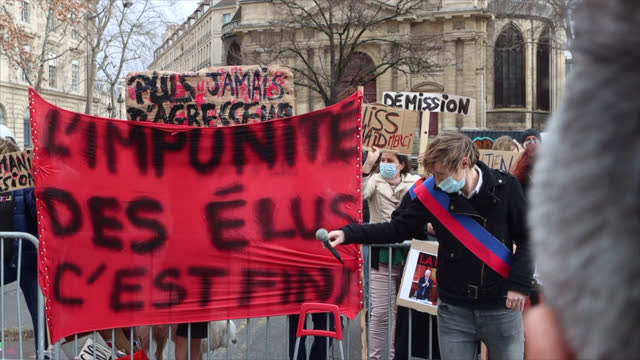 vidéos et rushes de alice coffin speaks to a group of feminist activists during a demonstration to demand the resignation of the former cultural assistant of anne... - banderole signalisation