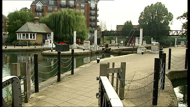 brentford lock general views england london brentford lock ext poster appealing for information about missing teenager alice gross / various views of... - 提訴点の映像素材/bロール