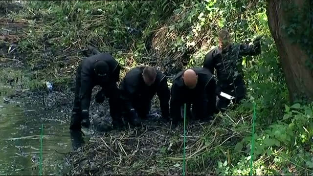 vidéos et rushes de parents' interview / police reconstruction t23091448 / tx police team conducting fingertip search of river bank divers in water on hands and knees... - salopette