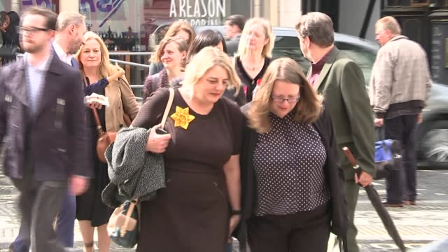 ros hodgkiss speaks at inquest about the prime suspect england london ext ros hodgkiss arriving with family members at court - itv london lunchtime news点の映像素材/bロール
