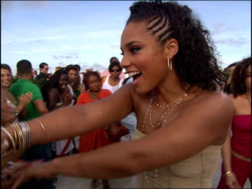 vidéos et rushes de alicia keys arriving at the 2005 mtv video music awards red carpet. - 2005