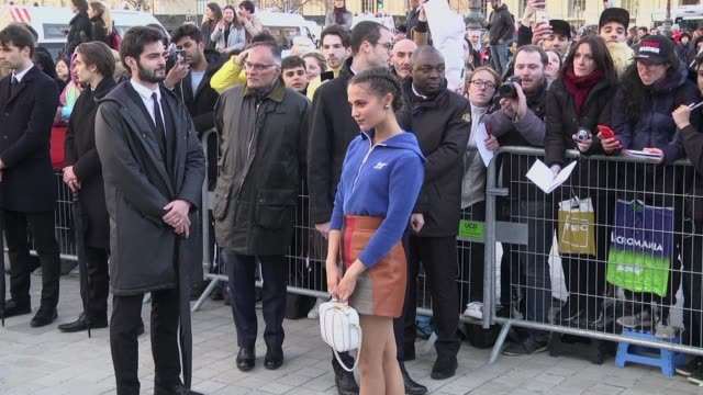 stockvideo's en b-roll-footage met alicia vikander attends the louis vuitton show as part of the paris fashion week womenswear fall/winter 2020/2021 on march 03 2020 in paris france - louis vuitton modelabel