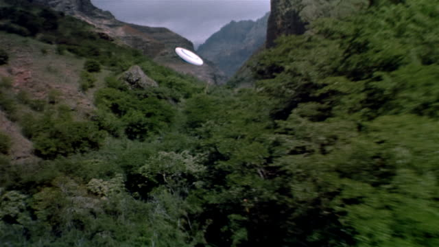 vídeos de stock, filmes e b-roll de air to air, alien aircraft floating above canyon - ufo